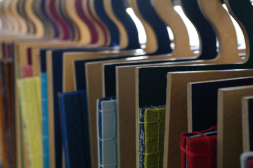 """""""re/touches - les livres-vêtements de marie & christèle""""© by-nc-sa Fabonthemoon sur Flickr"""